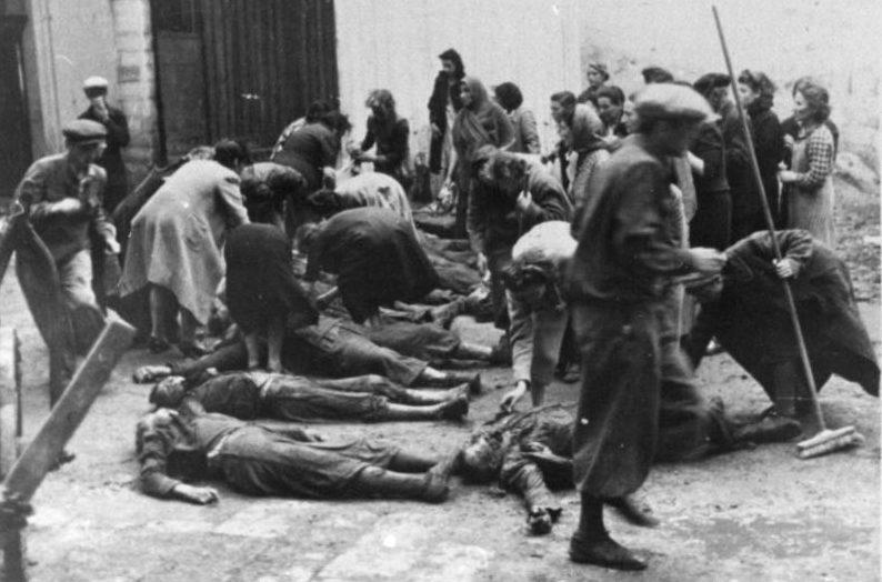 Опознание тел расстрелянных НКВД родственниками. Июль 1941 г.