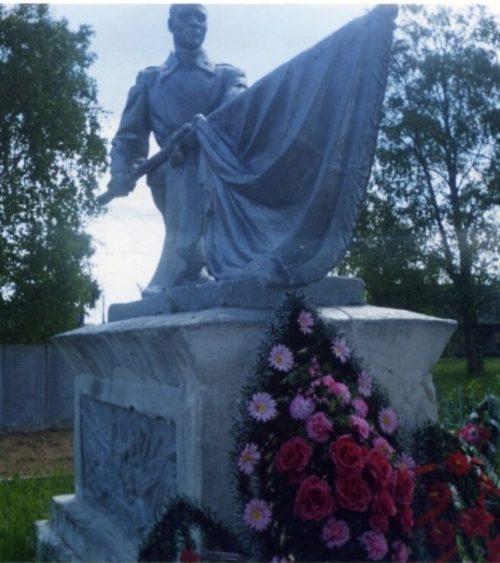 д. Луги Андреапольского городского округа. Памятник советским воинам.