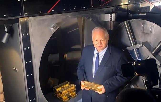 Адам Глапинский показывает возвращенное золото.