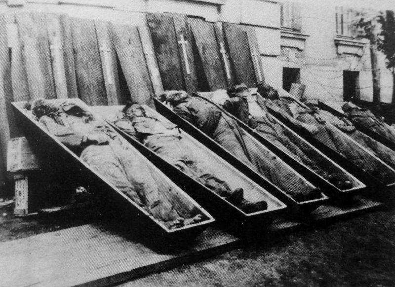 Тела убитых немецких военнослужащих, найденные в подвале тюрьмы в оккупированном Тарнополе. Июль 1941 г.