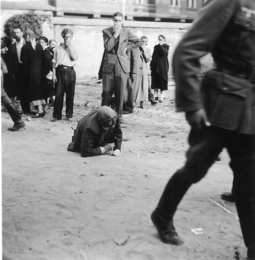 Избиение евреев на улицах.