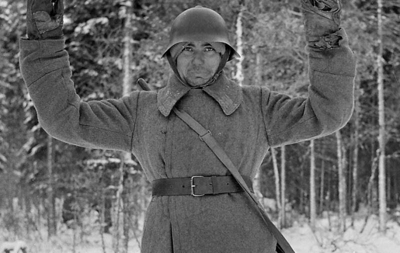 Советские солдаты сдаются в плен. Постановочное фото. Финляндия, 1940 г.
