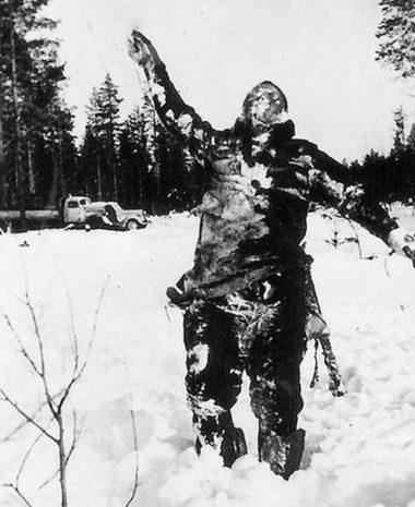 Замороженный труп советского солдата, установленный финнами на минном поле. 1940 г.