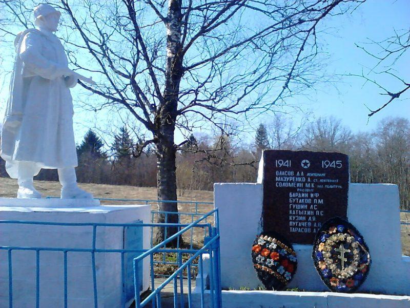 д. Молохово Андреапольского городского округа. Памятник, установленный на братской могиле советских воинов, погибших в годы войны.