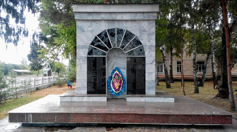 с. Искивцы Лохвицкого р-на. Братская могила советских воинов и памятный знак павшим воинам-землякам.