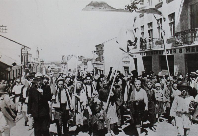 Горожане встречают Красную Армию. 28 июня 1940 г.