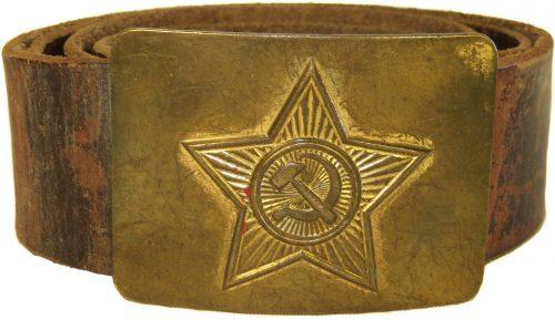Кожаный поясной ремень курсантов военных училищ РККА образца 1935 года с латунной пряжкой.