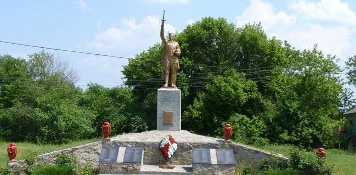 с. Канавы Кобелякского р-на. Памятник, установленный на братской могиле советских воинов, погибших в боях за село.