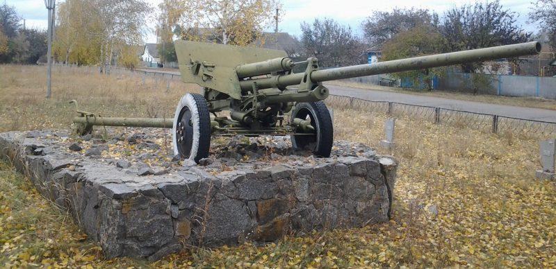 с. Райозеро Оржицкого р-на. Памятник-пушка ЗИС-2.