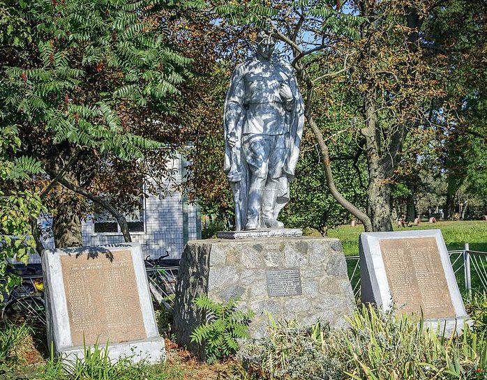 с. Александровка Пирятинского р-на. Памятник, установленный в 1957 году на братской могиле советских воинов и мемориальные плиты с именами павшим воинам-землякам.