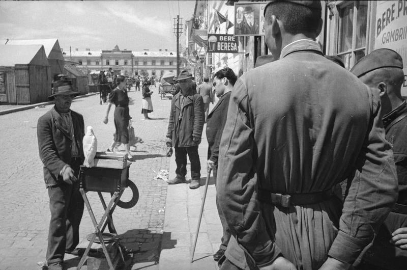 Красноармейцы на улицах города. Июнь 1940 г.