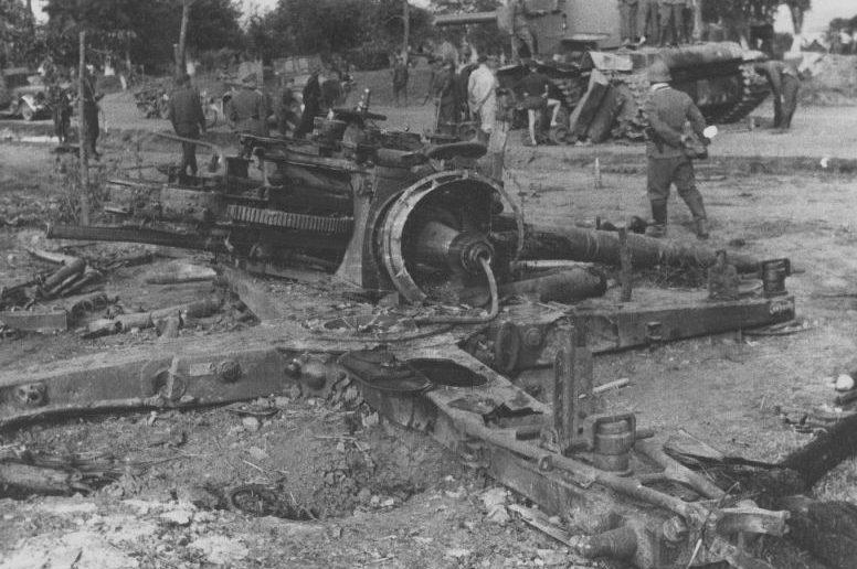 Уничтоженное немецкое зенитное орудие. 25-29 июня 1941 г.