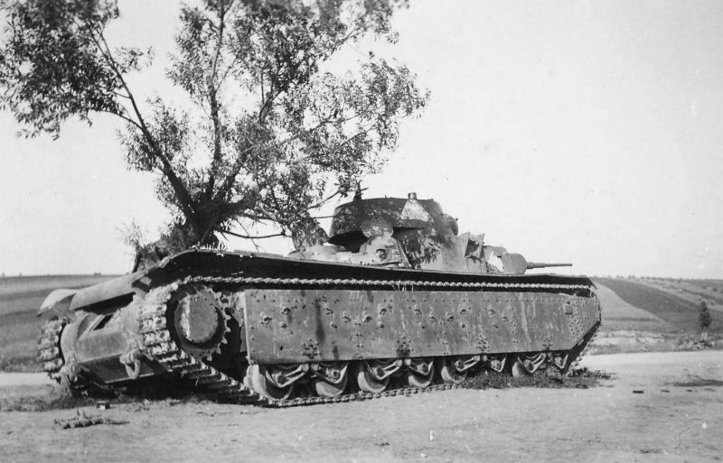 Брошенные советские танки Т-35 в пригороде Тарнополя. Июль 1941 г.