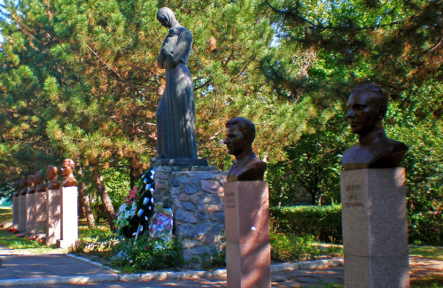 Памятник и бюсты Героев.