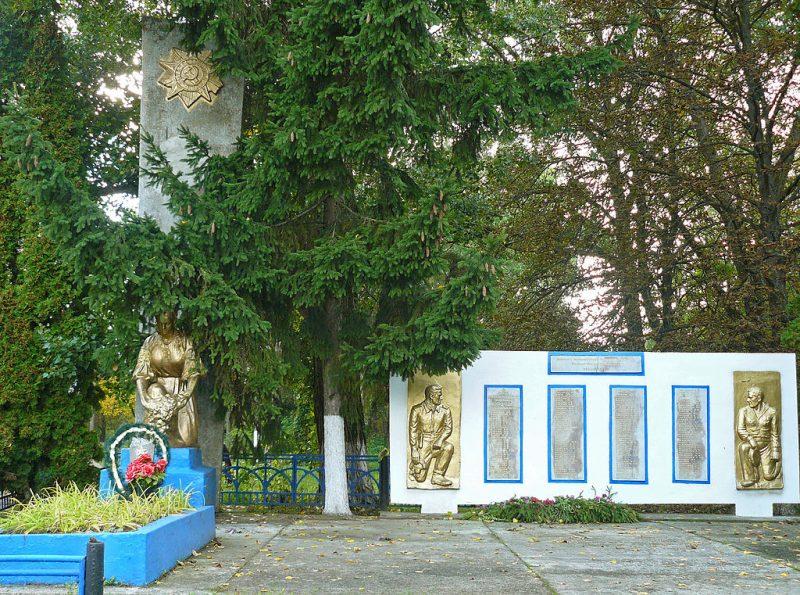 с. Березовая Рудка Пирятинского р-на. Памятник, установленный в 1957 году на братской могиле советских воинов и мемориальные плиты с именами павшим воинам-землякам.