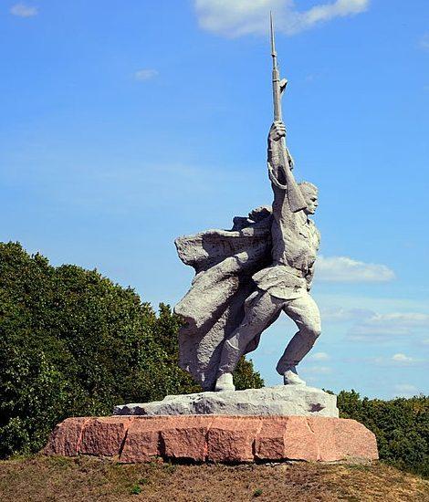 Памятник на мемориале с 8-метровой скульптурой красноармейца.