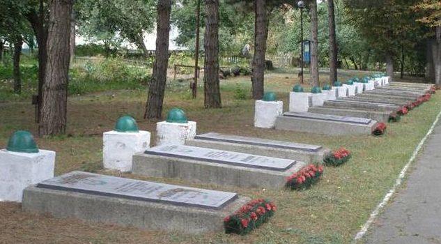Могилы воинов, погибших в боях за город.