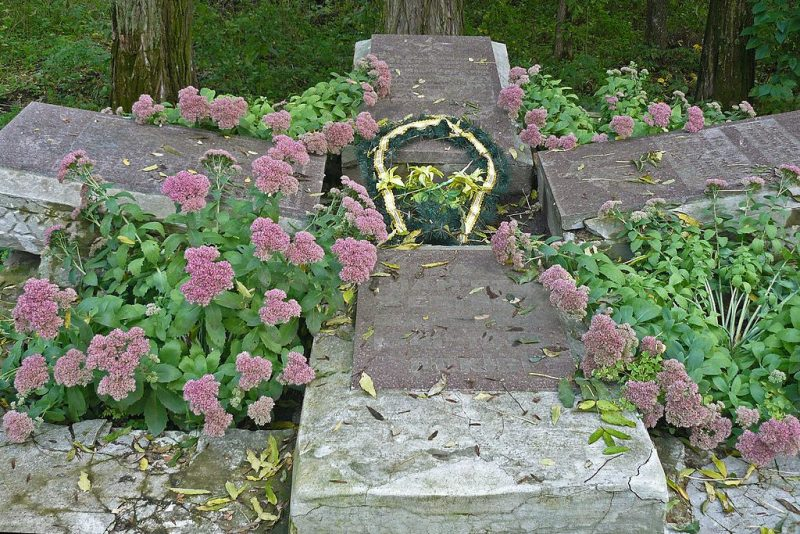 с. Березовая Рудка Пирятинского р-на. Братская могила жертв фашизма, расположенная на территории совхоза-техникума.