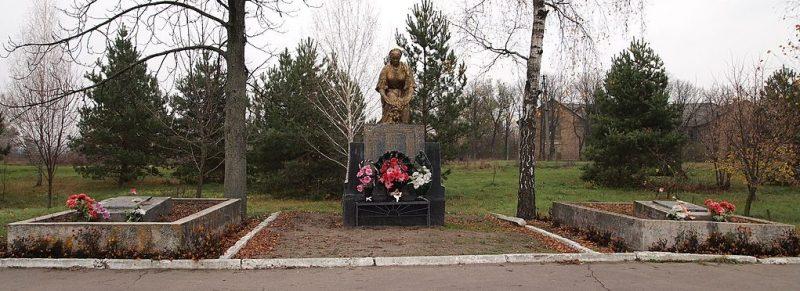 с. Великая Круча Пирятинского р-на. Памятник у школы, установленный в 1956 году на братской могиле советских воинов и мемориальные плиты с именами павшим земляков.
