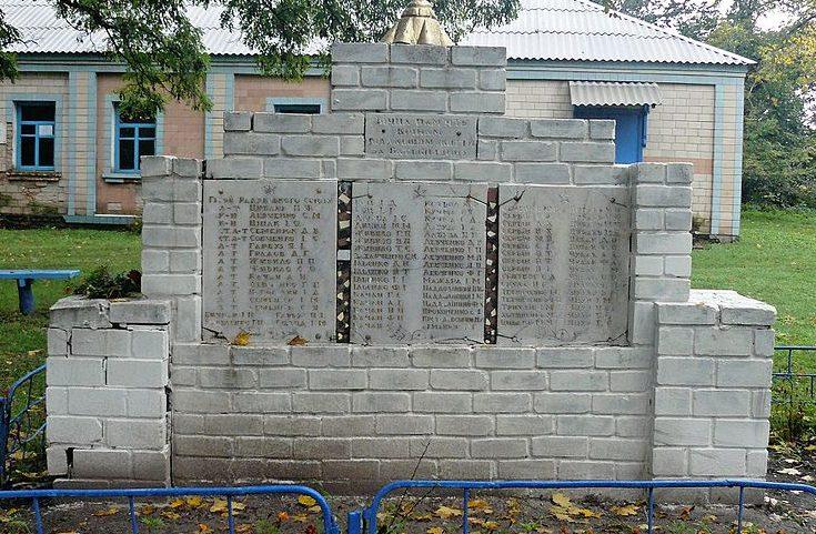 с. Вечорки Пирятинского р-на. Памятник у клуба, установленный в 1957 году в честь погибших односельчан.