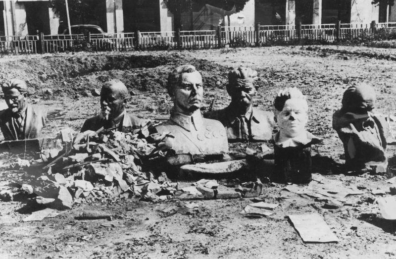 Бюсты советских государственных и партийных деятелей, снятые с пьедесталов, в оккупированном румынскими войсками городе. Август 1941 г.
