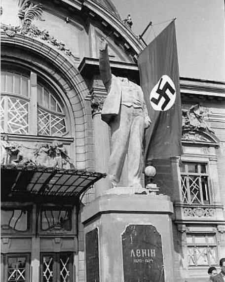 Памятник Ленину. Лето 1941 г.