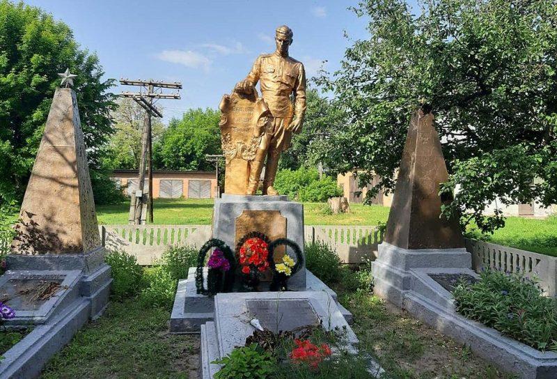 с. Давыдовка Пирятинского р-на. Памятник у школы, установленный в 1957 году на братской могиле советских воинов и мемориальные плиты с именами павшим земляков.