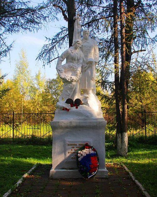 г. Бежецк. Памятник, установленный на кладбище, где захоронены советские воины, погибшие в годы войны.