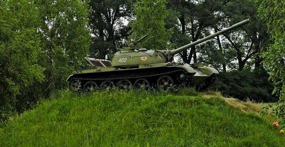 г. Лохвица шоссе Сумы-Киев. Памятник-танк в честь 50-летия освобождения Украины от немецко-фашистских захватчиков.