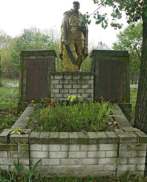 с. Крячковка Пирятинского р-на. Памятник павшим воинам-землякам, установленный в 1967 году.