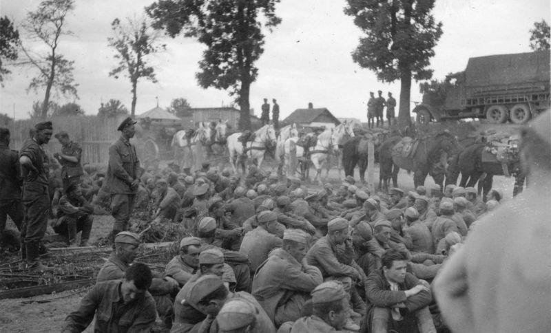 Пленные советские солдаты и офицеры, захваченные в первый день войны, возле моста через Сан, у города Ярослав. 22 июня 1941 г.