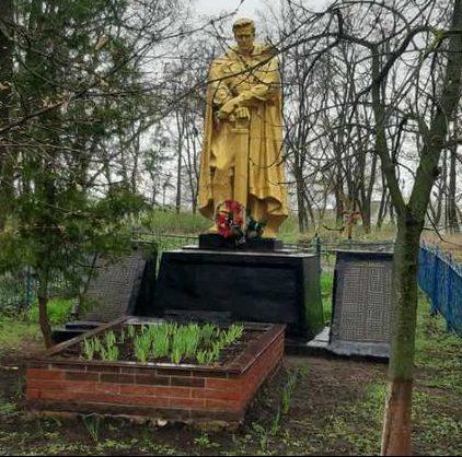 с. Малютинцы Пирятинского р-на. Памятник, установленный в 1957 году на братской могиле советских воинов и мемориальные плиты с именами павшим земляков.