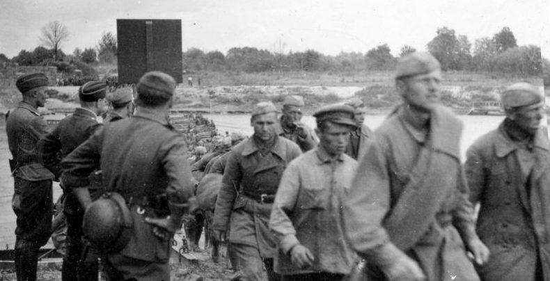 Первые советские военнопленные направляются на запад по мосту через реку Сан у города Ярослав. 22 июня 1941 г.