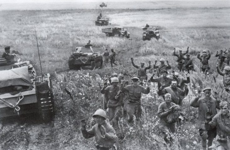 Красноармейцы сдаются в плен во время сражения у Дубно. 25-29 июня 1941 г.