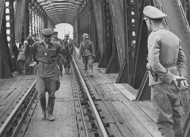 Красноармейцы сдаются в плен на мосту через Буг у Бреста. Июнь 1941 г.