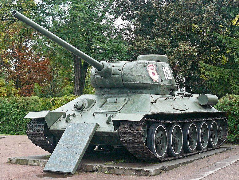 г. Пирятин. Памятник-танк Т-35-85 в честь советских воинов-освободителей.