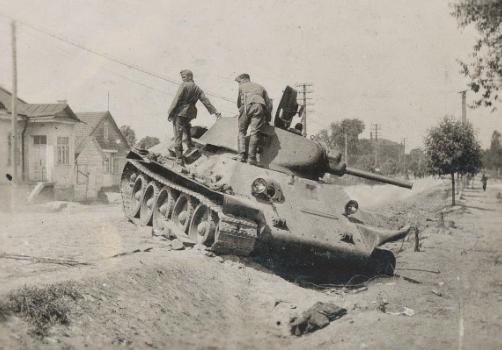 Подбитые советские танки на околице. Июнь 1941 г.