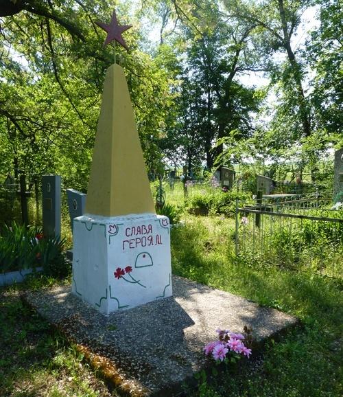 с. Орлик Кобелякского р-на. Братская могила воинов, погибших в боях за село.
