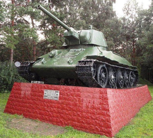 г. Белый. Соборная гора. Памятник-танк Т-34, установленный в 1969 году в честь боевых действий воинов Калининского фронта в 1941-1943гг.