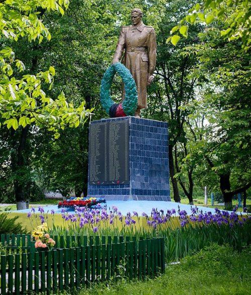 с. Перегоновка Кобелякского р-на. Памятник, установленный в 1956 году на братской могиле советских воинов, погибших при освобождении села.