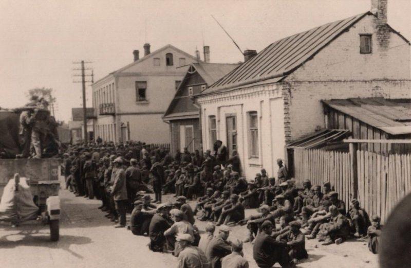 Пленные красноармейцы. Кобрин, 23 июня, 1941 г.
