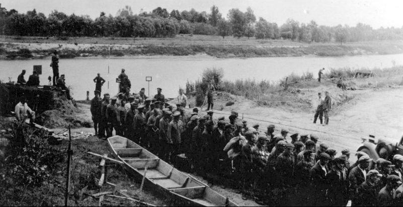 Колонна советских пленных переправилась через реку Сан по саперному мосту. Июнь 1941 г.
