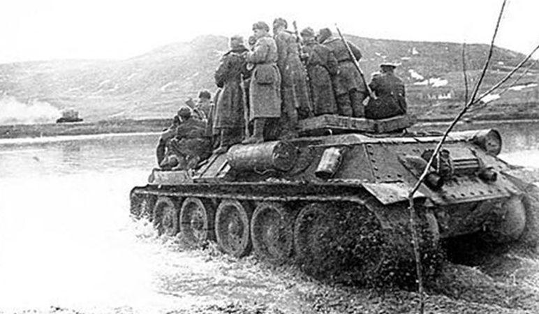 Советские танки на подступах к городу. 1944 г.