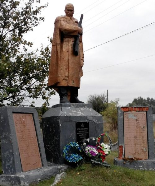 с. Млыны Лохвицкого р-на. Памятник, павшим воинам-землякам, установленный в 1970 году.