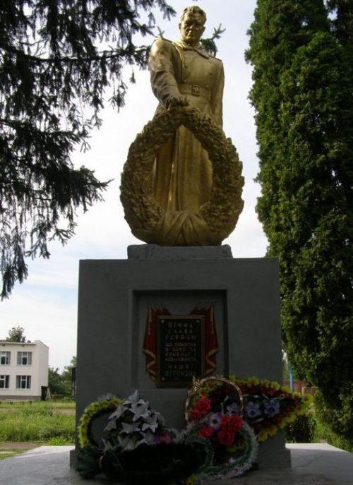 с. Пески Лохвицкого р-на. Памятник, установленный возле школы в 1957 году на братской могиле воинов, погибших при освобождении села.