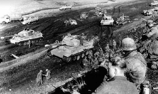 Немецкая бронетехника выдвигаются на позиции под Тарнополем. Апрель 1944 г.