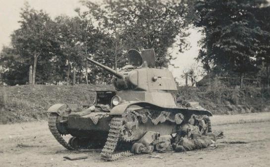 Подбитый советский танк на городской улице. Июнь 1941 г.