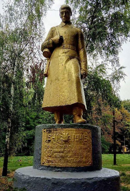 с. Погарщина Лохвицкого р-на. Памятник, установленный в 1967 году павшим воинам-землякам.