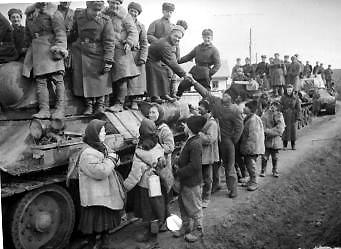 Советские танкисты в окрестностях города. Март 1944 г.