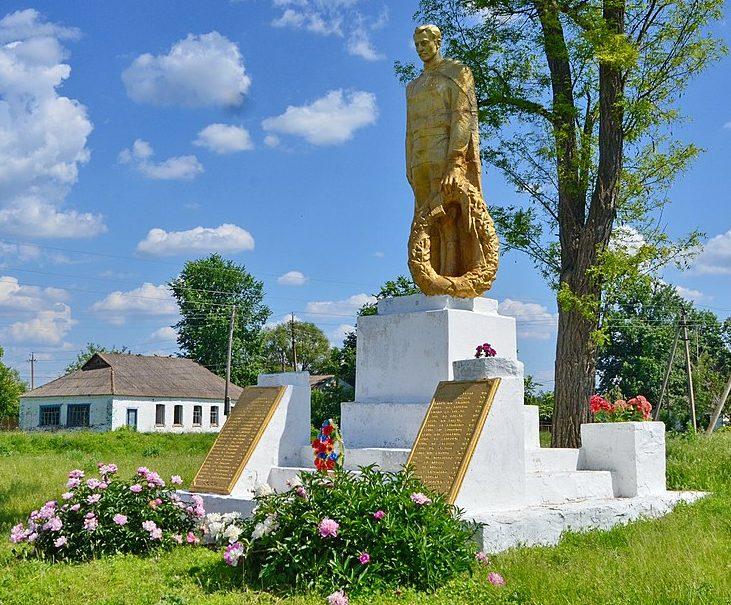 с. Риги Лохвицкого р-на. Памятник, установленный в 1969 году павшим воинам-землякам.